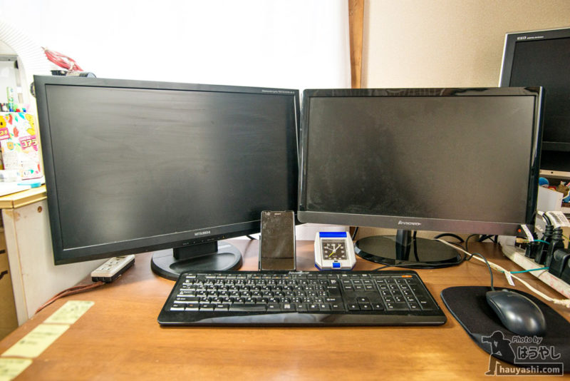 モニターアーム設置前のデスク
