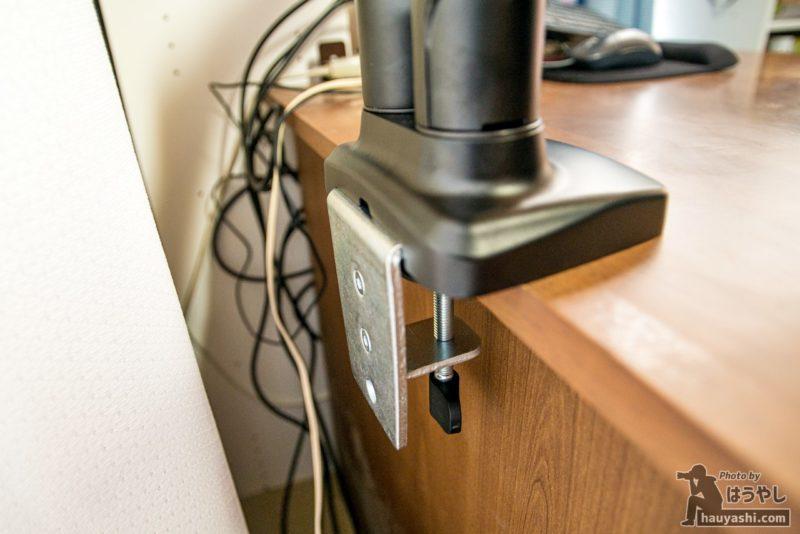 机からはみ出すモニターアームの脚
