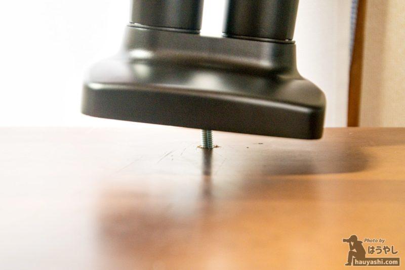 グロメット式用の金具を取り付けたモニターアーム